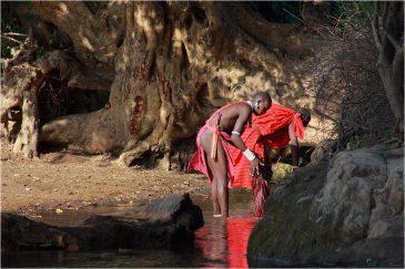 Воины масаи стирают вещи в деревне Энгарука