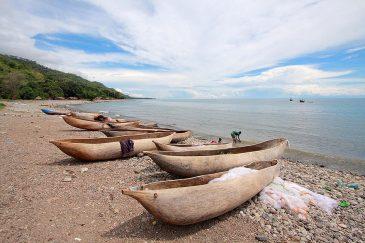 Выдолбленые из дерева лодки на берегу оз. Ньяса