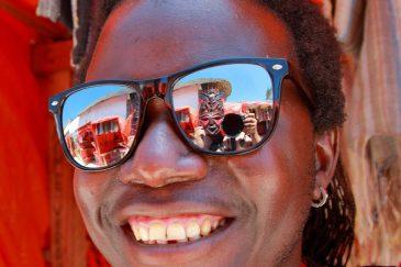 В маске в отражении на Занзибаре