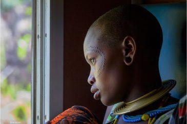 Женщина из племени датога в поезде. Танзания