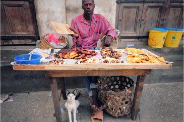 Уличный продавец осьминогов. Остров Занзибар