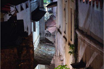 Узкие улочки ночного Стоунтауна (о. Занзибар)