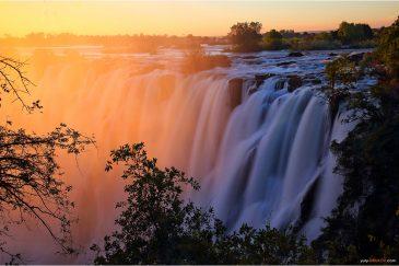Водопад Виктория на закатею Замбия