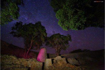 Башня и стены Большой цитадели Великого Зимбабве ночью