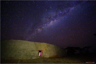 Стены большой цитадели Великого Зимбабве ночью