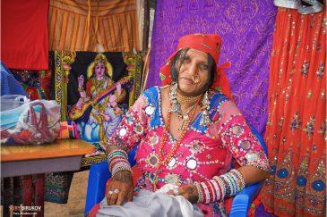 Колоритная женщина из штата Гуджарат на пляже Варкала