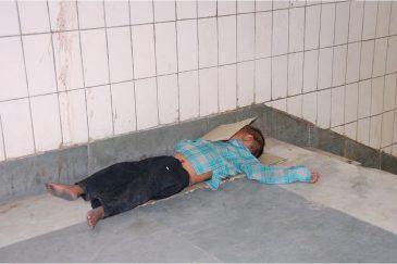 Бездомные в подземном переходе в Дели. Индия