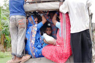 Глаза в битком набитой машине. Индия