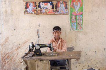 Швейное ателье на улице Дели. Индия