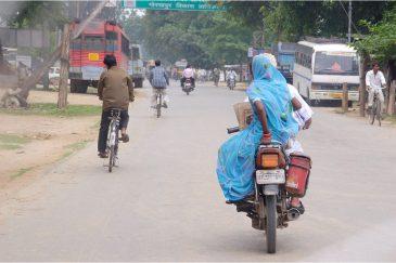 В сари неудобно ездить на мотоцикле. Индия