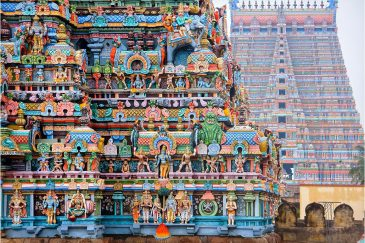 Гопуры - архитектурный стиль Южной Индии - башни до 70 метров, покрытые статуями божеств. Храмы Шрирангам в Тамилнаду. Индия