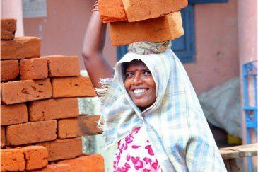 Позитивная индийская женщина