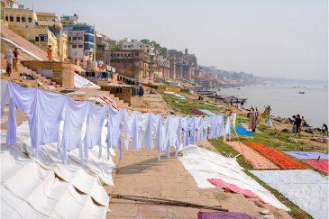 Рабочее место касты стирщиков одежды. Берег Ганги в Варанаси. Индия