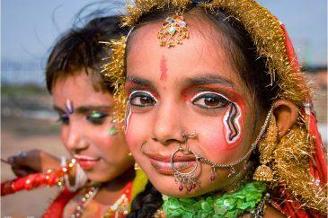 Дети изображают Кришну и Радху в городе Джамму. Индия