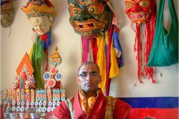 Монах и маски для церемонии Цам в монастыре Ламаюру. Индия