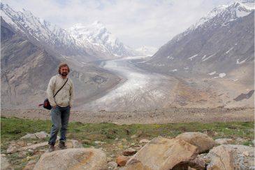 На фоне ледника Дранг Друнг. Долина Занскар в Ладакхе. Индия