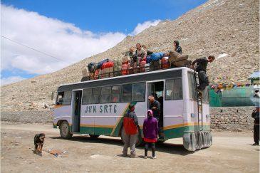 На крыше автобуса через Гималаи. Дорога на озеро Пангонг в Ладакхе. Индия
