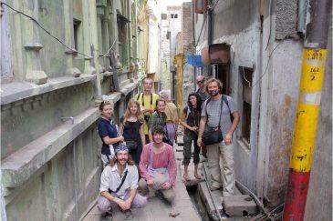 Наша команда на узких улочках города Джамму. Индия