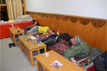 От усталости все заснули в деревенском ресторане, пока готовилась еда. Индия