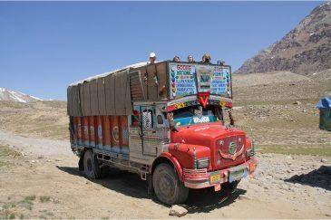 Поездка на крыше грузовика по долине Занскар. Индия