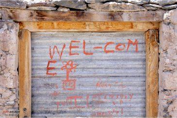 Приветственая надпись на доме в Гималайской деревне