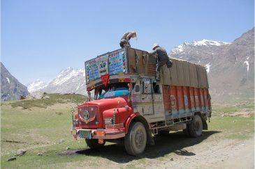 Автостоп на крыше грузовика в долину Занскар, Ладакх, штат Джамму и Кашмир. Индия