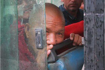 Старый монах в автобусе на перевале Ротанг Ла. Индия