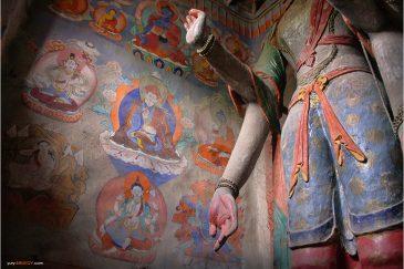 Статуи и фрески в старинном монастыре деревни Алчи, Ладакх. Индия