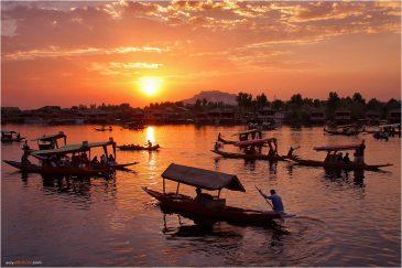 Закат над озером Дал в Шринагаре. Кашмир. Индия