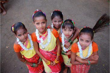 Нарядные дети Донгрия на празднике в поселке Корапут. Индия
