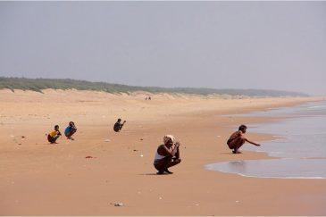 У индусов в хижинах нет туалетов, поэтому они ходят к океану