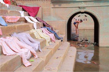 В Варанаси белье сушится на каменных ступеньках. Индия