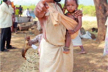Продажа сувениров женщиной племени Донгрия, штат Орисса. Индия
