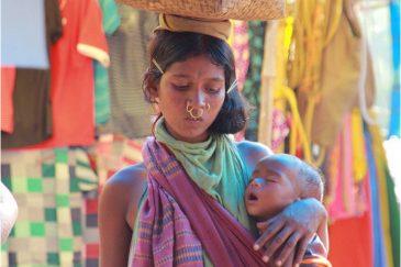 Мать из племени Донгрия на деревенском рынке. Индия