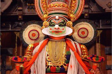 Актер традиционного театра Катхакали в Кочине, штат Керала. Индия