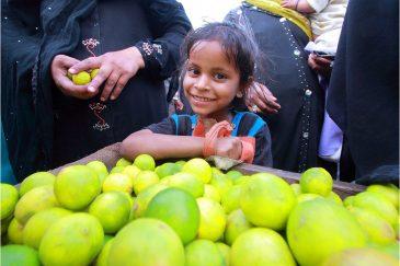 Девочка-мусульманка и лимоны на рынке Джодхпура. Раджастан. Индия