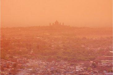 Дворец Умейд Бхаван и город Джодхпур в оранжевом фильтре. Раджастан. Индия