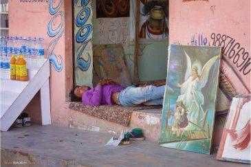Художник отдыхает в городке Пушкар, Раджастан