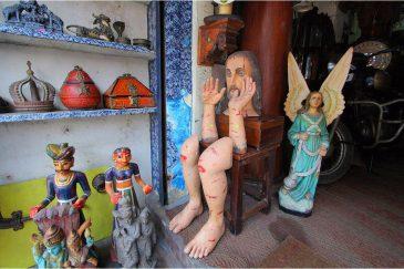 Иисус по частям в антикварном магазине Кочина, штат Керала. Индия