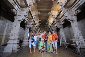 Наша группа в огромном храме города Мадурай. Индия