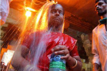Обливание святыми водами в храме города Рамешварам, штат Тамилнаду. Индия