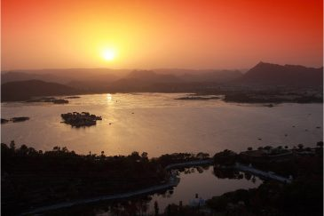 Озеро Пичола и Удайпур на закате. Раджастан. Индия
