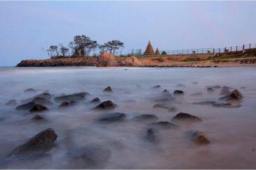 Прибой и прибрежный храм в Мамаллапураме, штат Тамилнаду. Индия