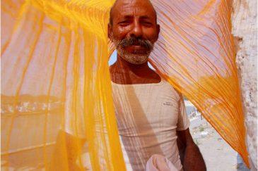 Стирщик одежды в Пушкаре. Индия