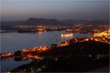 Удайпур и озеро Пичола вечером. Индия