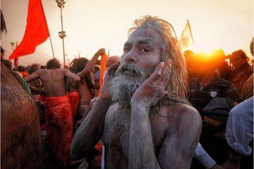Садху после омовения в Ганге на фестивале Кумбха Мела. Индия