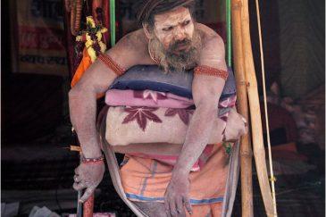 Аскет, взявший обет стоять всегда на одной ноге. Индия