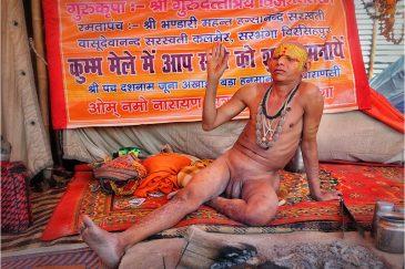 "Благословляющий нага-баба на ""Празднике Кувшинов"" (Кумбха Мела). Индия"