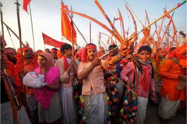 Группа лучников в день святого омовения на фестивале. Индия