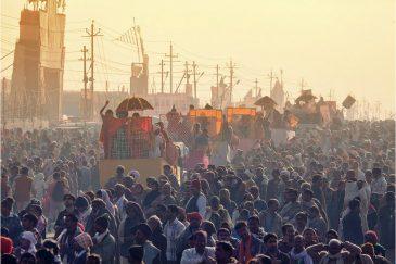 Колонна повозок от разных гуру со всей Индии на фестивале